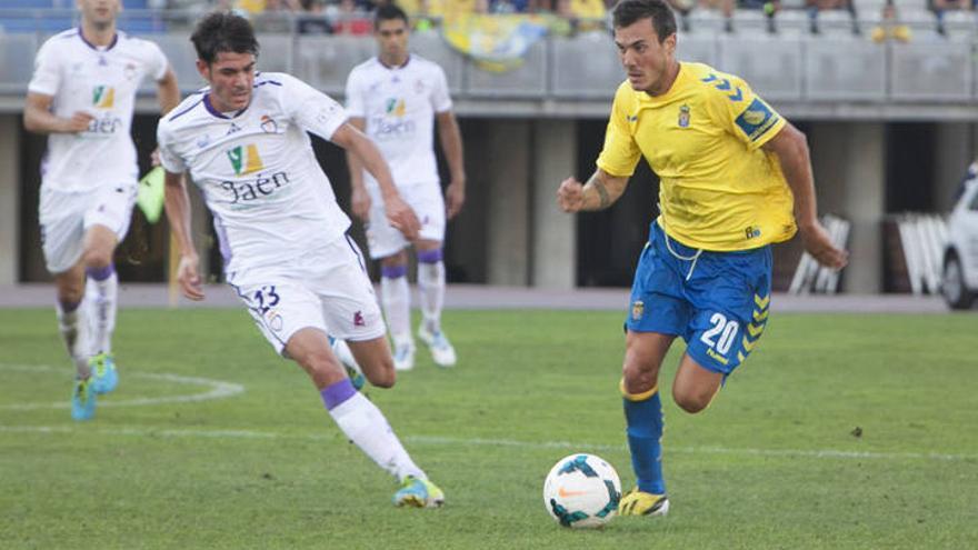 Xabi Castillo conduce el balón durante un partido de la UD Las Palmas.
