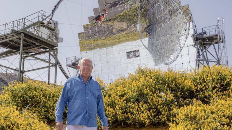 Juan Jesús Armas Marcelo ante uno de los telescopios MAGIC ubicado en el Observatorio del Roque de los Muchachos (Garafía, La Palma). Crédito: Daniel López/IAC.