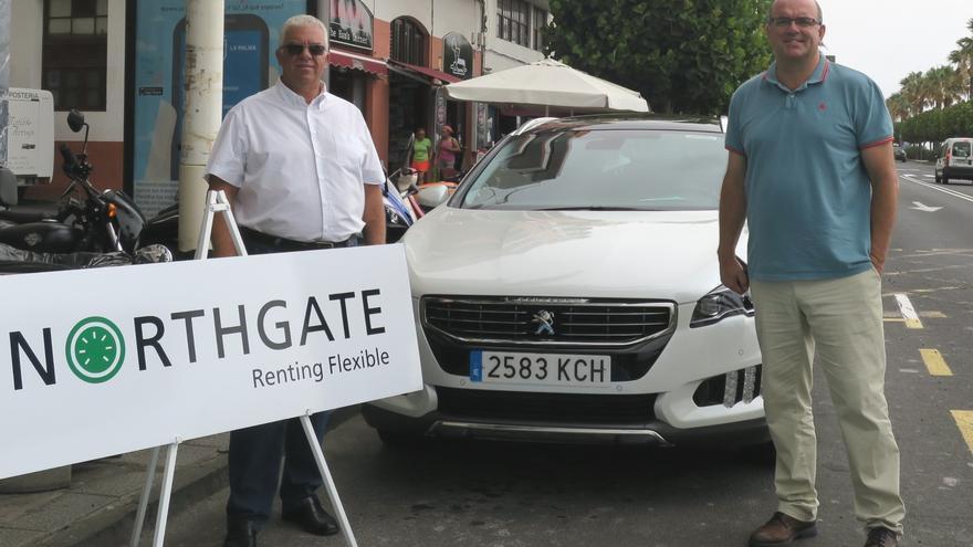 En la imagen, Anselmo Pestana y José Carlos de Paz junto al vehículo.
