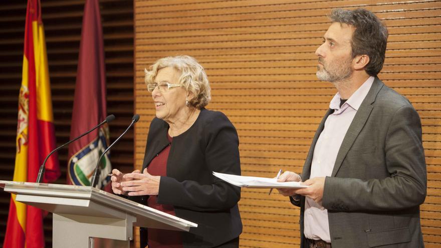 Manuela Carmena y Mauricio Valiente durante la presentación del Plan de Derechos Humanos del Ayuntamiento de Madrid