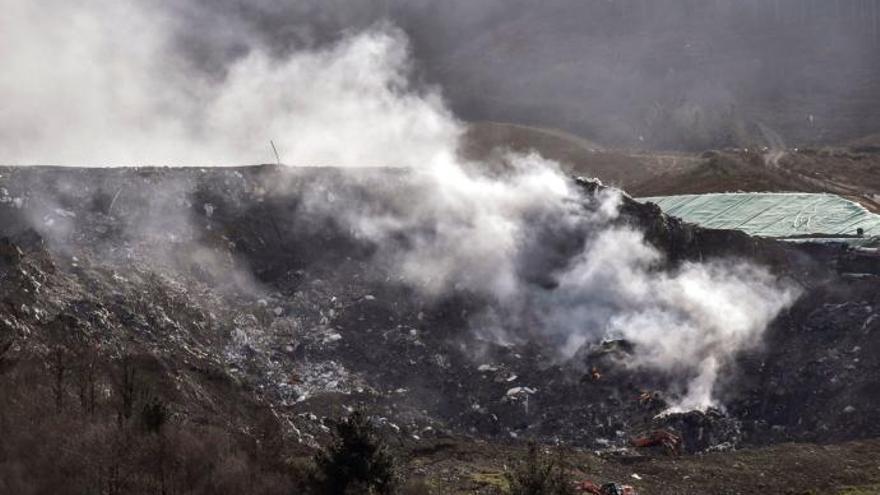 La zona del vertedero de Zaldibar afectada por el incendio causado tras el derrumbe