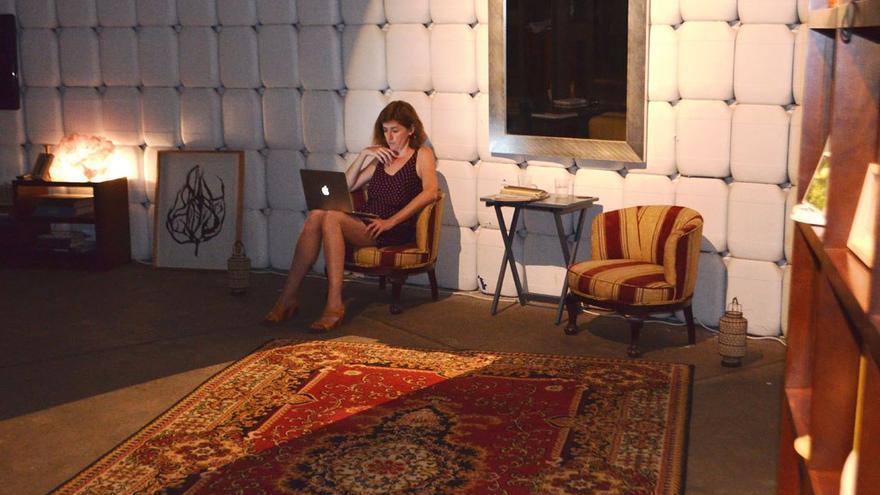 La artista Esther Aldaz. Exposición La Casa Contenida. (Eva González).