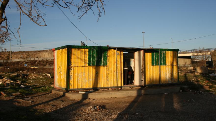 La escuela donde los voluntarios imparten las clases de refuerzo en El Gallinero. / L. O.