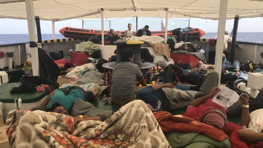 Los rescatados por el Open Arms descansan en el barco