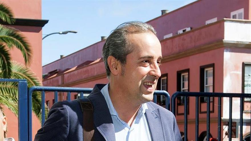 El entrenador del C.B.Canarias, Txus Vidorreta (c), EFE/Ramón de la Rocha