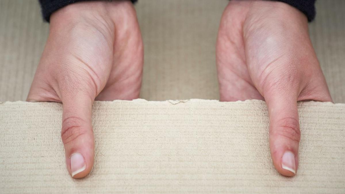 Una muestra de la pasta de papel no blanqueada Naturcell.