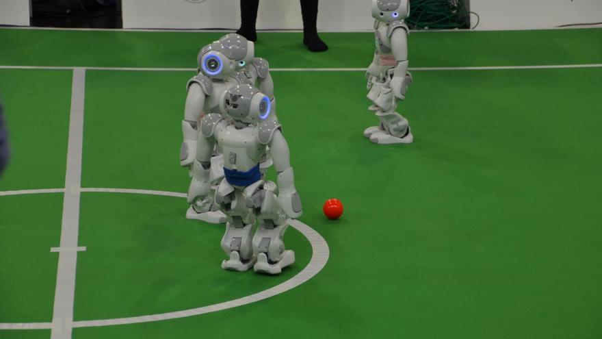 Robots humanoides juegan un partido en la GermanOpen de 2013 (Foto: tm-md, Flickr)