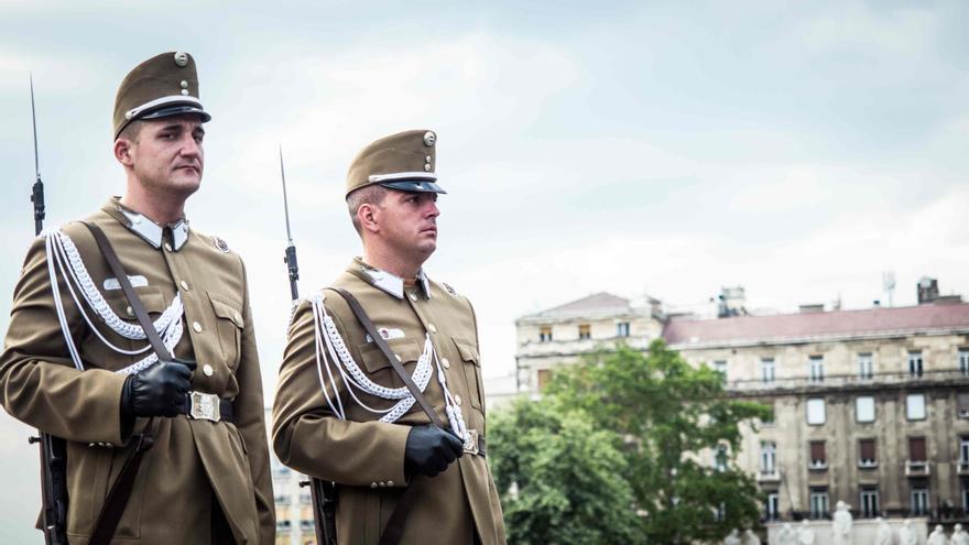 Militares en la plaza del Parlamento.