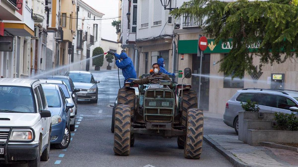 Desinfección de calles de Doña Mencía durante el estado de alarma