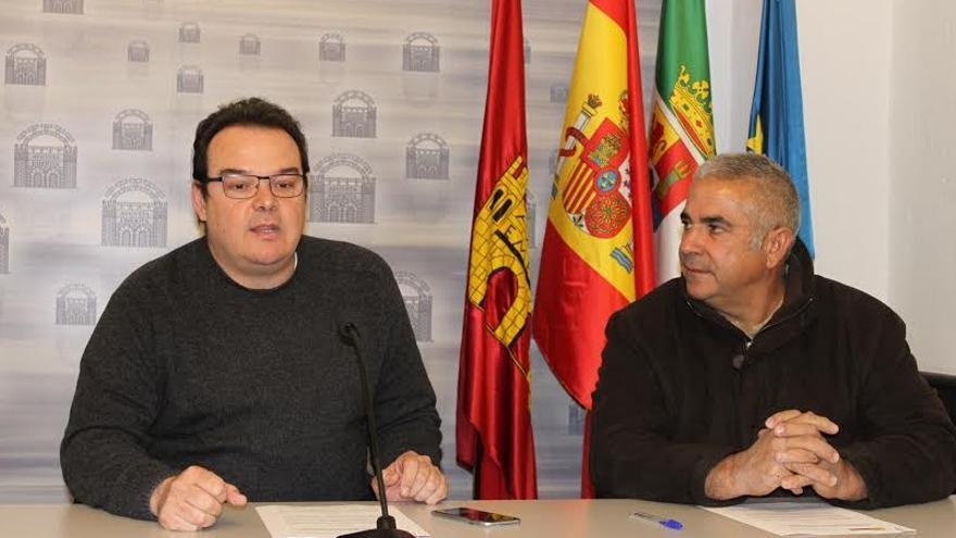 Firma del acuerdo entre el delegado de Parques y Jardines, Marcos Guijarro, y el presidente de la Sociedad Local de Cazadores, Lucas López / Ayuntamiento de Mérida