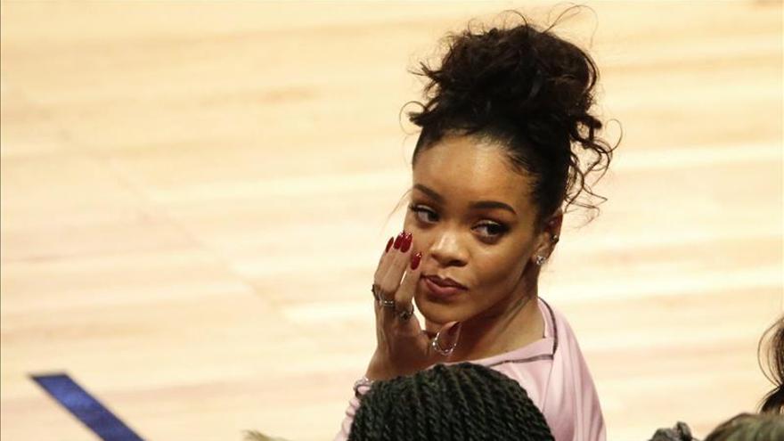 Rihanna, de visita en Cuba, baila son y come platos criollos en restaurante