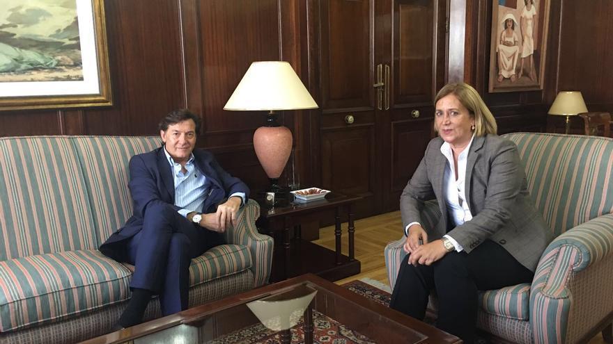 El presidente del Consejo Superior de Deportes, José Ramón Lete, y la delegada del Gobierno en Canarias, Mercedes Roldós.