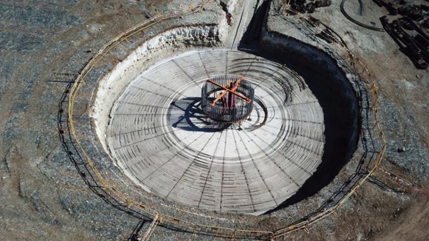 Trabajos de instalación del aerogenerador en Pujalt (Barcelona). FOTO: EOLOPOP
