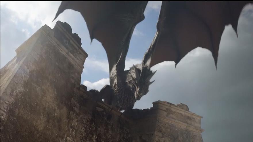 El dragón Drogo digitalizado sobre la Torre de Mesa Roldán (Almería)