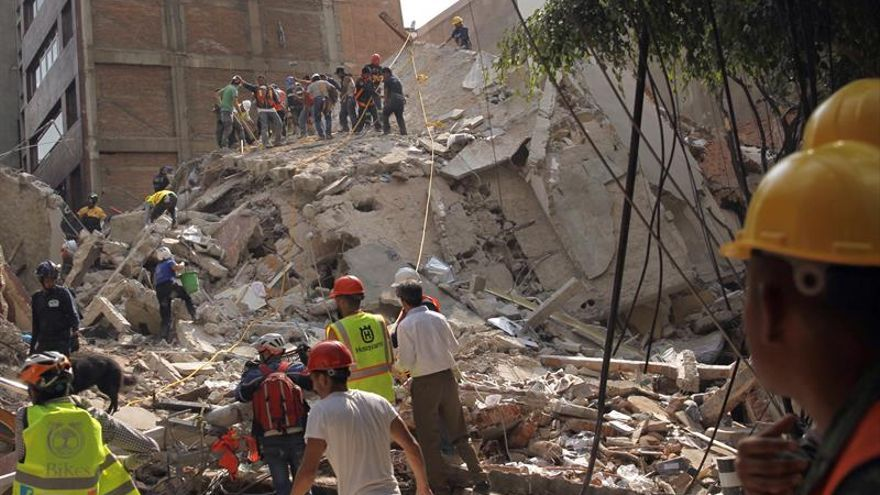 Rescatistas trabajan entre los escombros de los edificios colapsados en Ciudad de México (México) el martes 19 de septiembre de 2017, tras un sismo de magnitud 7,1.