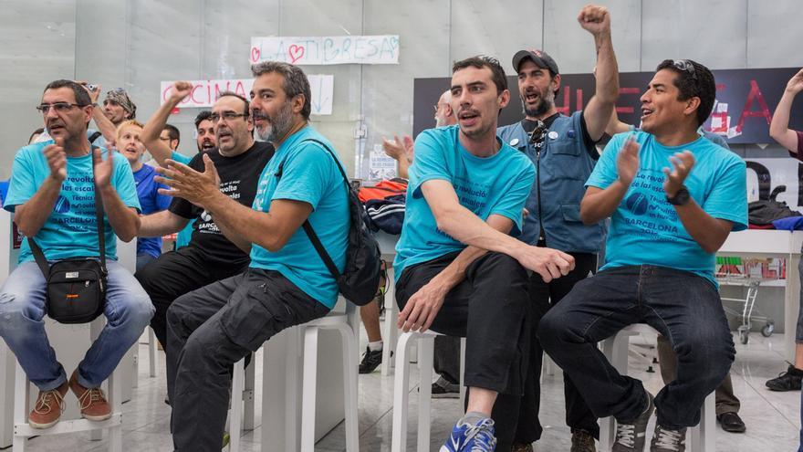 Huelguistas de Movistar durante la ocupación / ENRIC CATALÀ