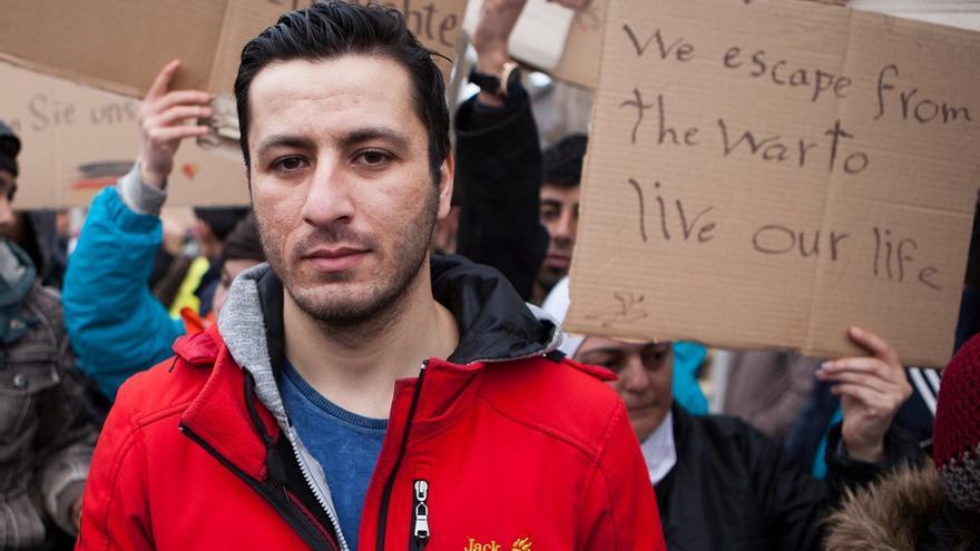 """Iwath es de origen iraquí pero ha tenido que huir a Serbia. """"Queremos libertad y futuro, no tenemos libertad en mi país. Quiero continuar mi viaje, no puedo volver"""", explica. Como él, alrededor de 300 refugiados, sobre todo de Siria e Irak, protestan contra los controles fronterizos frente a un centro de recepción cercano a la estación de ferrocarril de Sid, al norte del país. © Alex Yallop/MSF"""