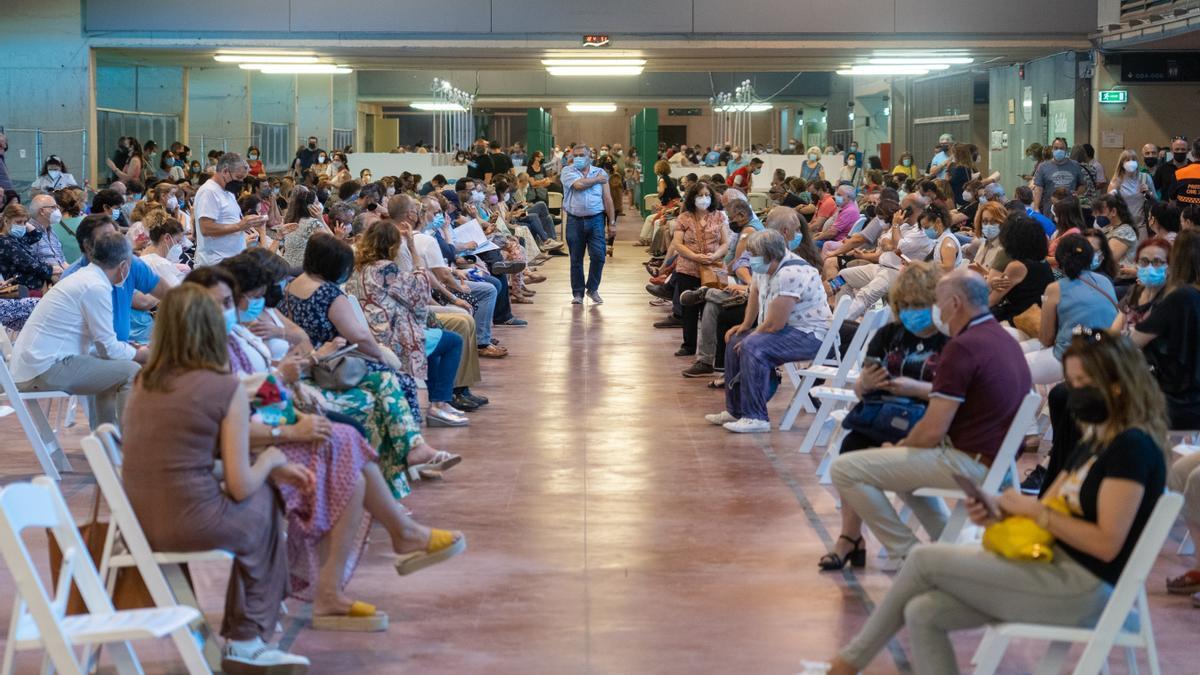 Recién vacunados entre personas de 49 y 52 años esperando los 20 minutos reglamentarios en el Estadio de la Cartuja en un día festivo por el Corpus , a 03 de junio del 2021 en Sevilla, Andalucía