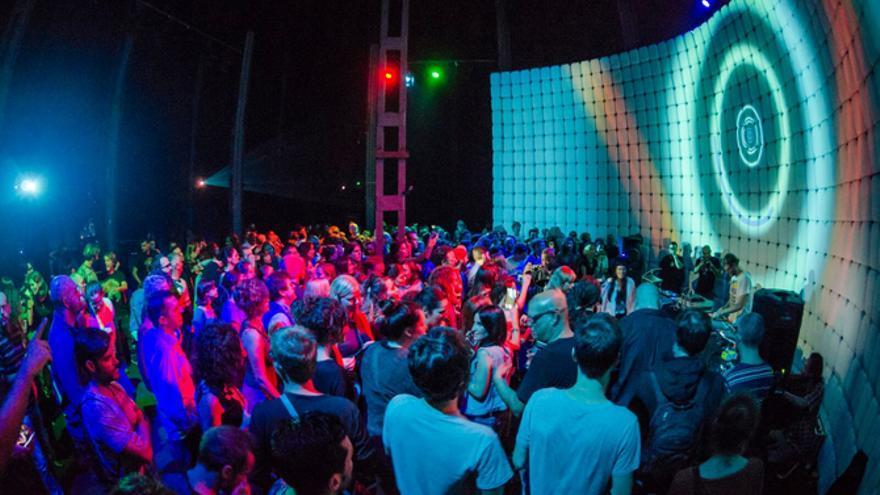 Actuación de un 'dj' en el interior del Espacio Cultural El Tanque, en Santa Cruz y en una edición del festival Keroxen