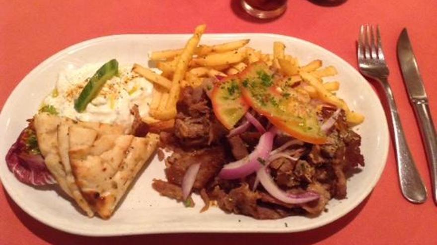 Uno de los platos griegos de Greek Village. GREEK VILLAGE