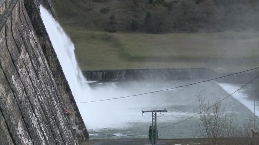 Las fuertes lluvias obligan a incrementar el desembalse del pantano de Ullibarri (Álava) hasta los 60m3/s