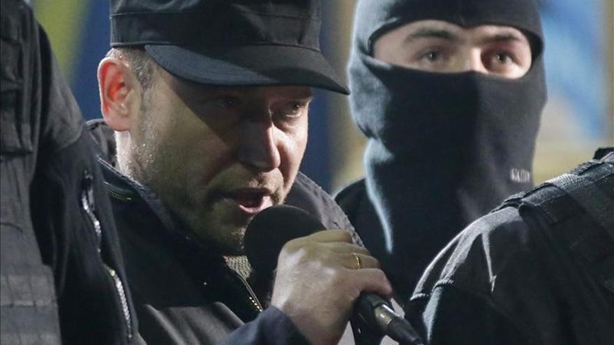 Dmitri Yaros, en una alocución en la plaza de la Independencia de Kiev, el 21 de febrero. EFE