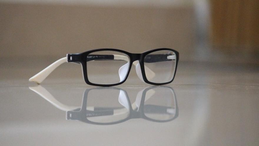 Cómo limpiar bien las gafas sin dañar los cristales
