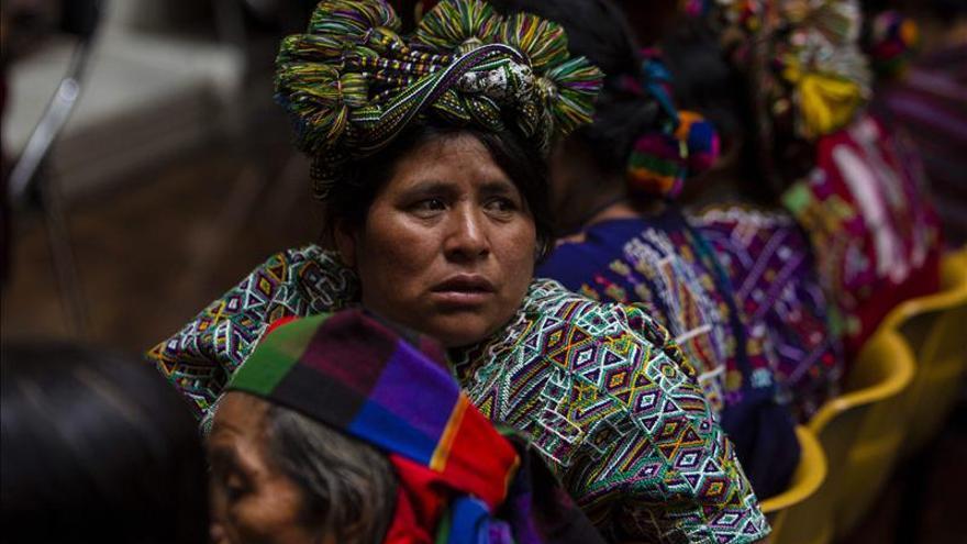 """Soldados """"sacaron el corazón"""" a su hija, según un testigo en un juicio por genocidio en Guatemala"""