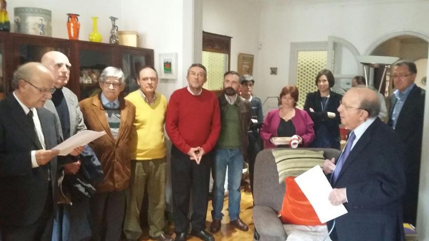 L'AVL lliura la seua medalla d'honor a Germà Colon (a la dreta de la imatge).