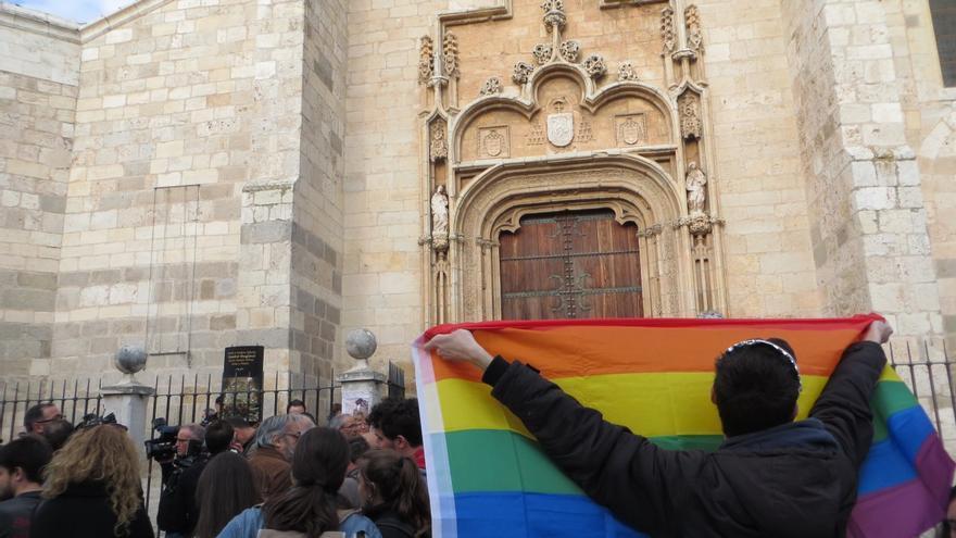 Manifestación contra la LGTBIfobia en la Catedral de Alcalá.