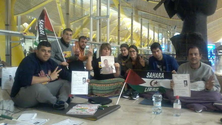 Activistas canarios en huelga en la T-4 en apoyo a Hassanna Aalia