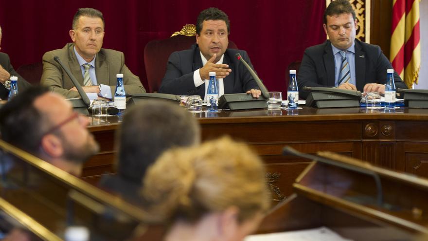 Andrés Martínez, a la derecha de Javier Moliner, firmó el contrato por delegación de éste
