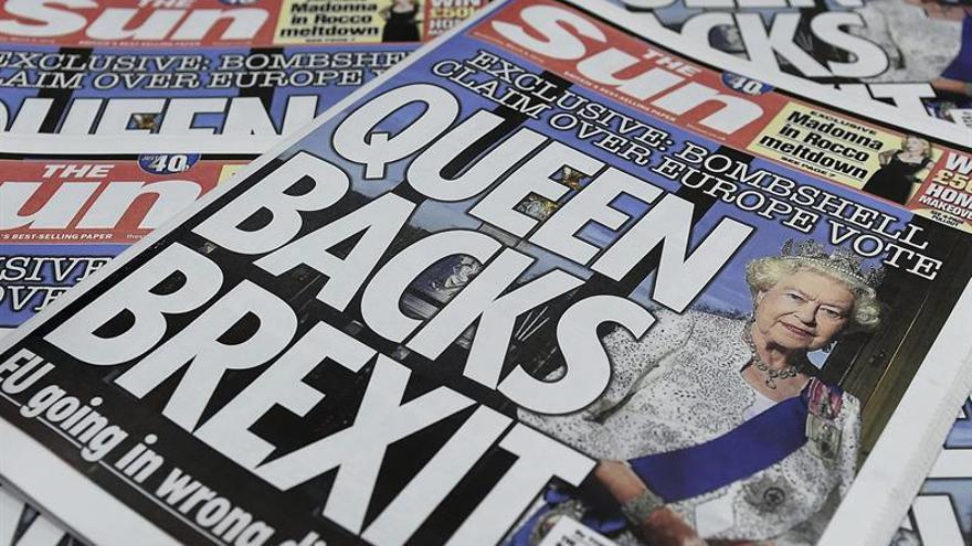 """Un titular sobre apoyo de Isabel II al """"brexit"""" fue engañoso, dice regulador"""