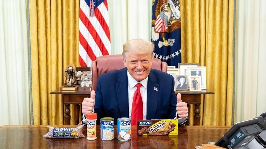 """Trump posa con frijoles y otros productos de Goya en medio del """"boicot"""""""