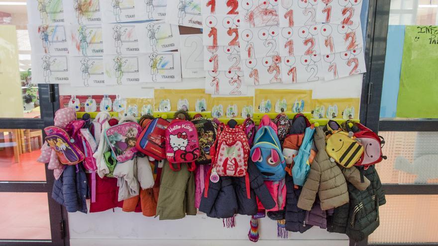 Las perchas de una escuela infantil.
