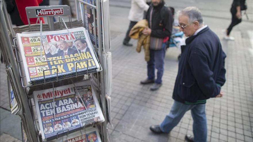 Prisión preventiva para dos editores de una revista crítica en Turquía
