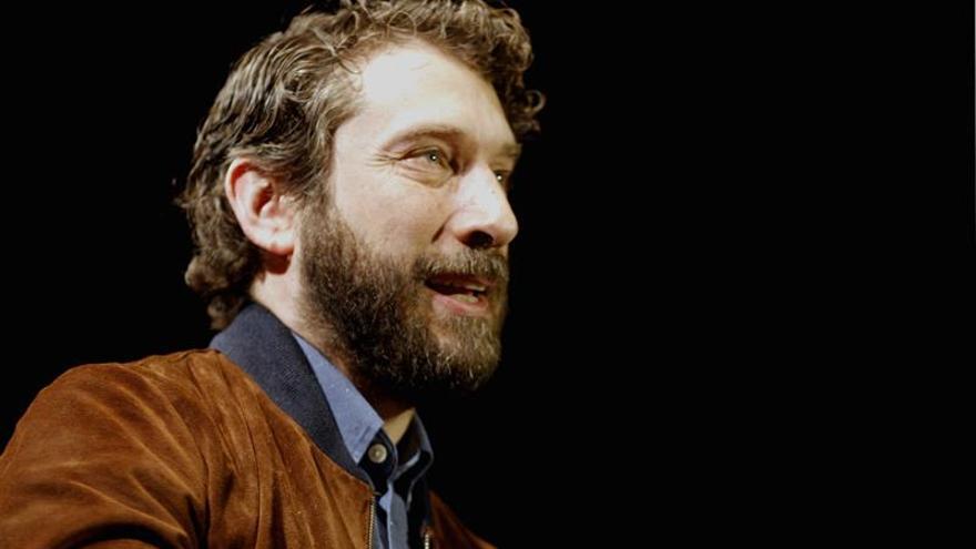 El guionista habitual de Juan Antonio Bayona debuta como director