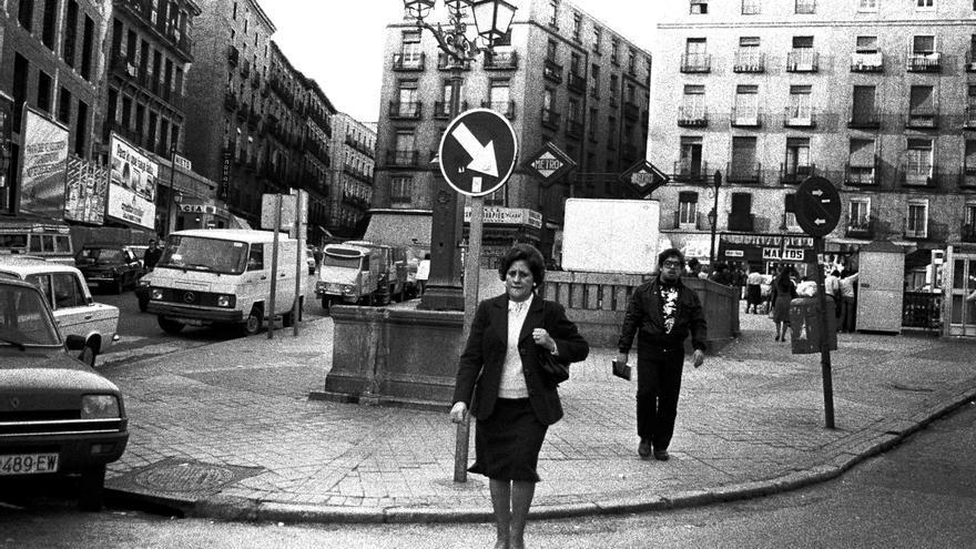 La plaza de Lavapiés durante la jornada de elecciones generales en 1982. En segundo plano, el cantante de Aviador Dro, Servando Carvallar