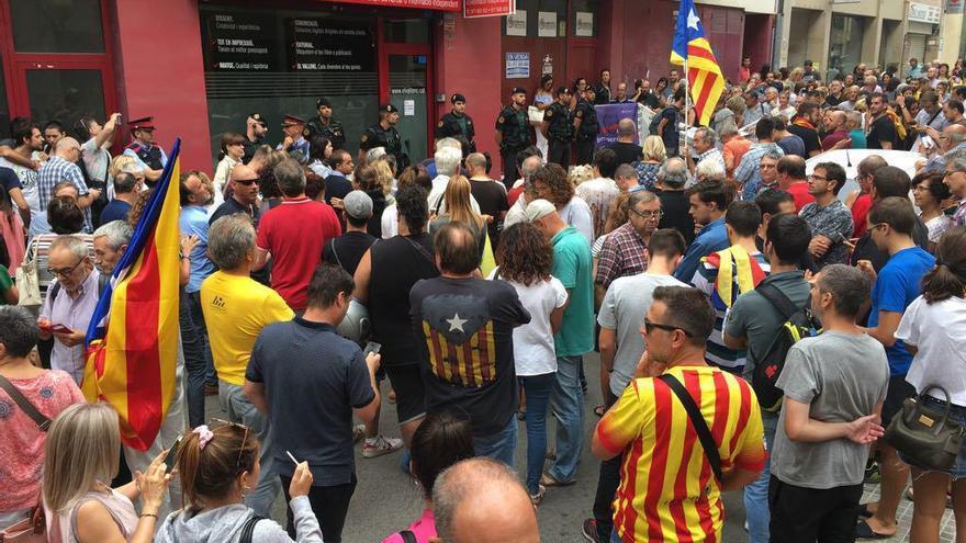 Concentración espontánea ante las puertas del semanario El Vallenc al que la Guardia Civil ha accedido