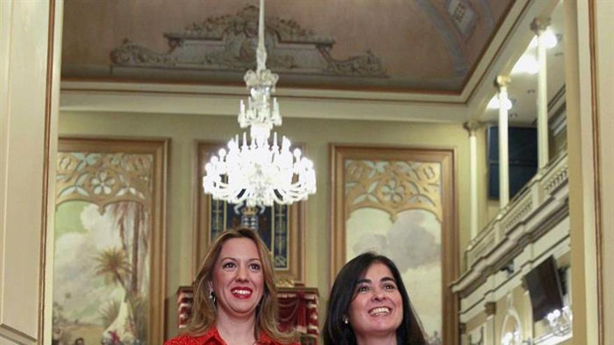 La consejera de Hacienda del Gobierno de Canarias, Rosa Dávila, entregó a la presidenta del Parlamento regional, Carolina Darias, el proyecto de Ley de Presupuestos Generales de la Comunidad Autónoma de Canarias para 2016. EFE/Cristóbal García