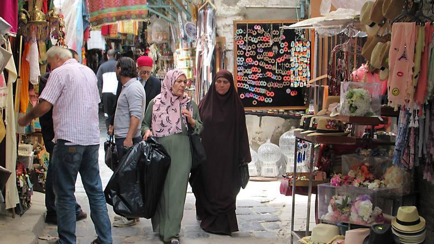 Dos mujeres pasean por uno de los zocos de la medina de la ciudad de Túnez. David Stanley
