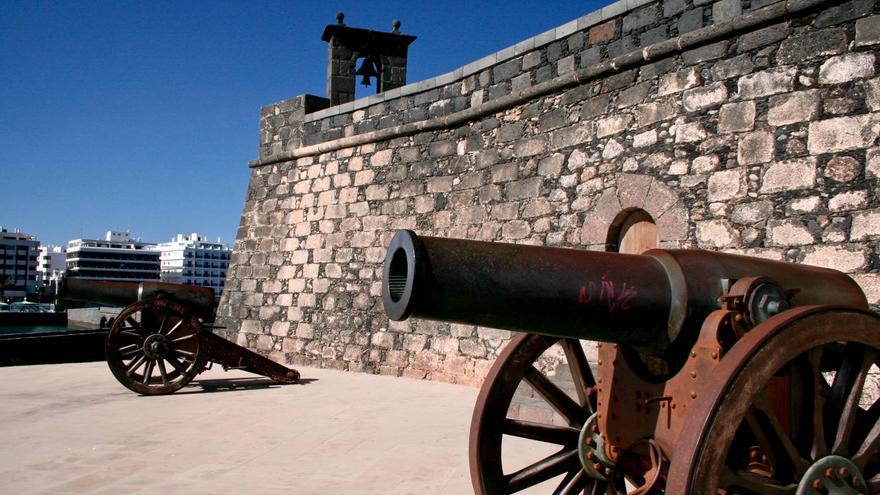 Dos cañones custodian la puerta del Castillo de San Gabriel. VIAJAR AHORA