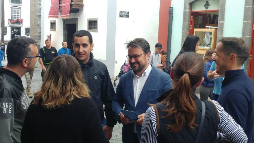 Asier Antona, con Borja Pérez, candidato del PP al Senado por La Palma, y Mariano Hernández. cabeza de lista al Cabildo, en la Calle Real de Santa Cruz de La Palma..