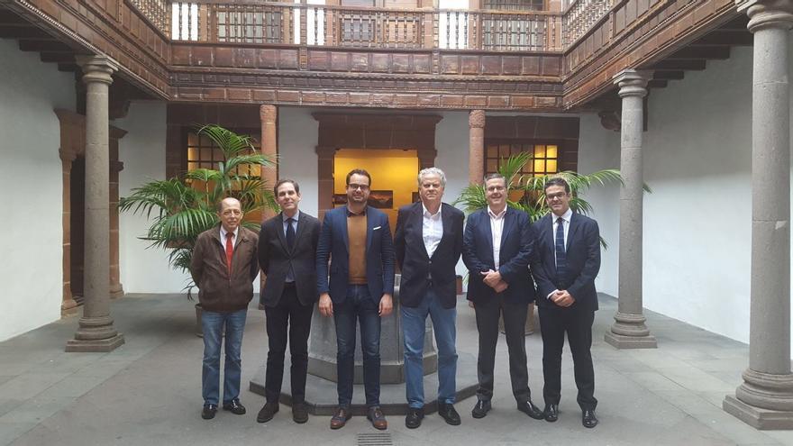 El consejero Jordi Pérez con los ponentes.