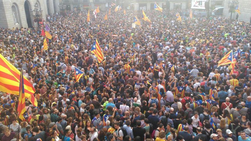 Aspecto de la plaza Sant Jaume ante el Palau de la Generalitat