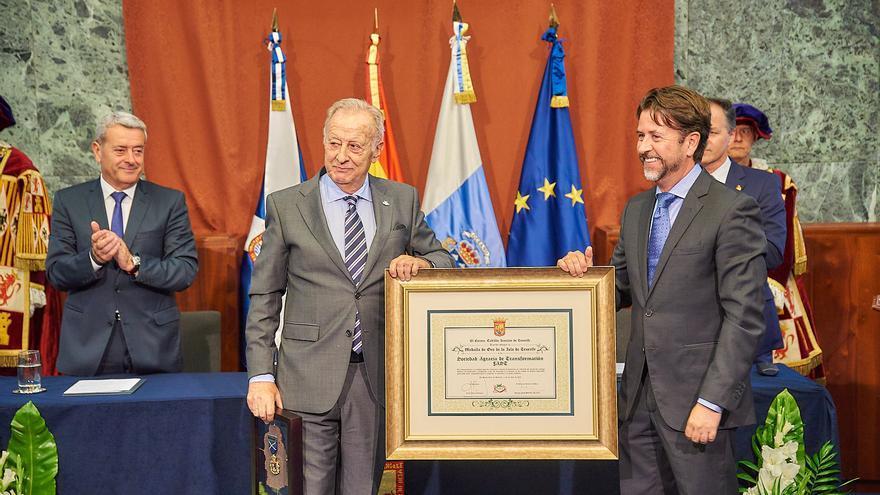 Leopoldo Cólogan, de la FAST, recibe la distinción de manos del presidente insular en funciones Carlos Alonso