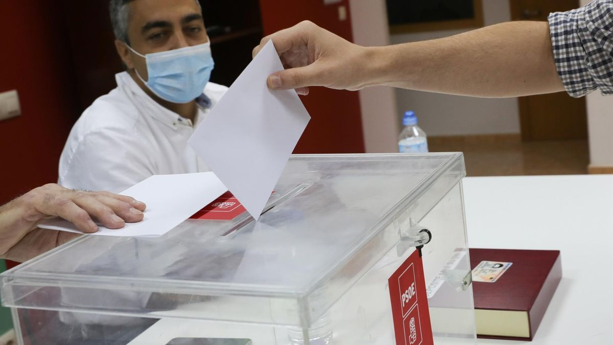 Un militante votando