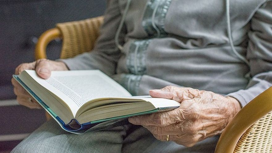 Archivo - Una mujer lee un libro.