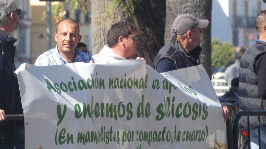 Protestas de trabajadores por la enfermedad profesional de la silicosis