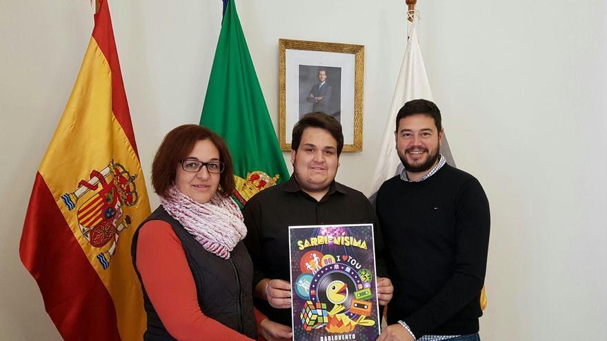 Abián Lázaro (centro), muestra el cartel, junto con el alcalde de Barlovento, Jacob Qadri.